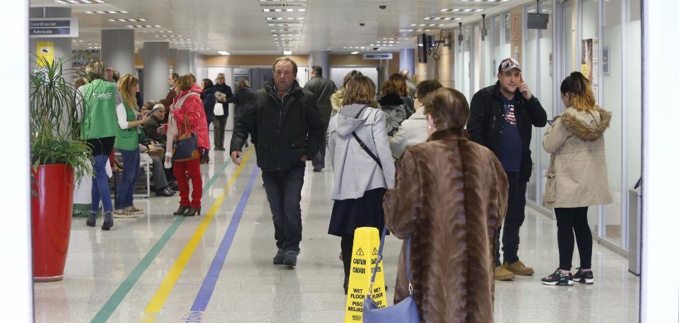 La gripe mantiene al HUCA y Cabueñes «al límite» y Avilés aplaza nuevas operaciones