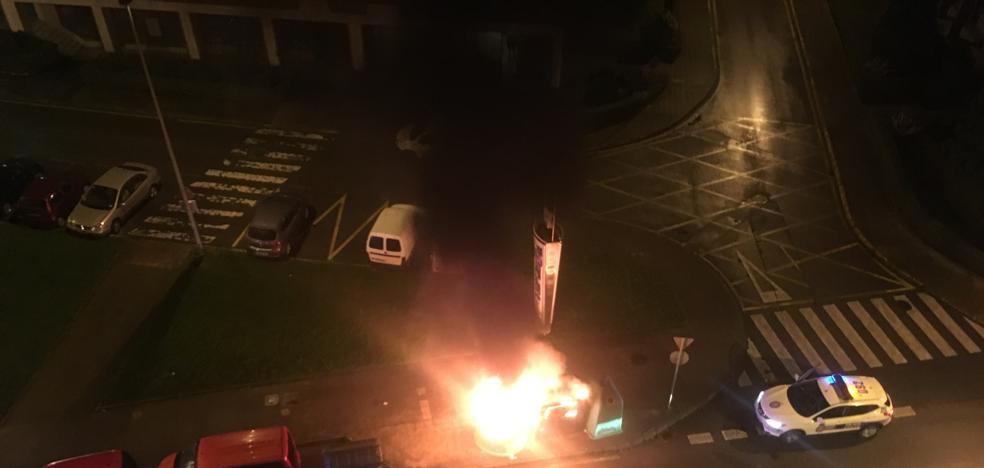 Arden dos contenedores en la calle Fernando Morán