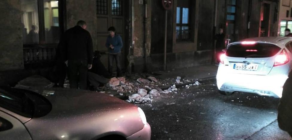 Herida una mujer tras desplomarse una terraza en la calle Ceán Bermúdez de Gijón