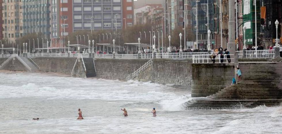 Asturias, en alerta naranja por olas de hasta siete metros