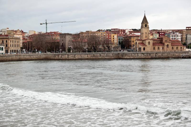 Los asturianos desafían la jornada de frío, lluvia y viento