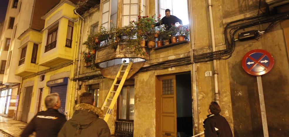 Herida tras caer a la calle al ceder el suelo de su balcón