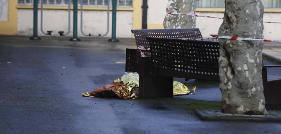 Indignación en Sama por la demora en levantar el cadáver de una vecina que murió en plena calle