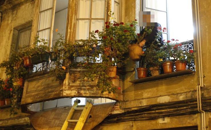 El desplome de una terraza en Gijón deja a una mujer herida