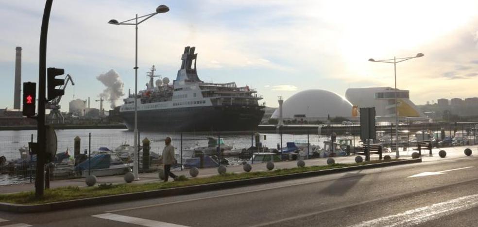 El crucero 'Saga Pearl II' atraca en Avilés para refugiarse de la fuerte tormenta