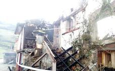 El fuego calcina una vivienda de dos alturas en Belmonte de Miranda