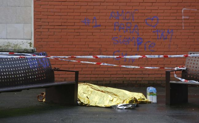 Fallece en la calle y la tardanza en levantar el cadáver indigna a los vecinos