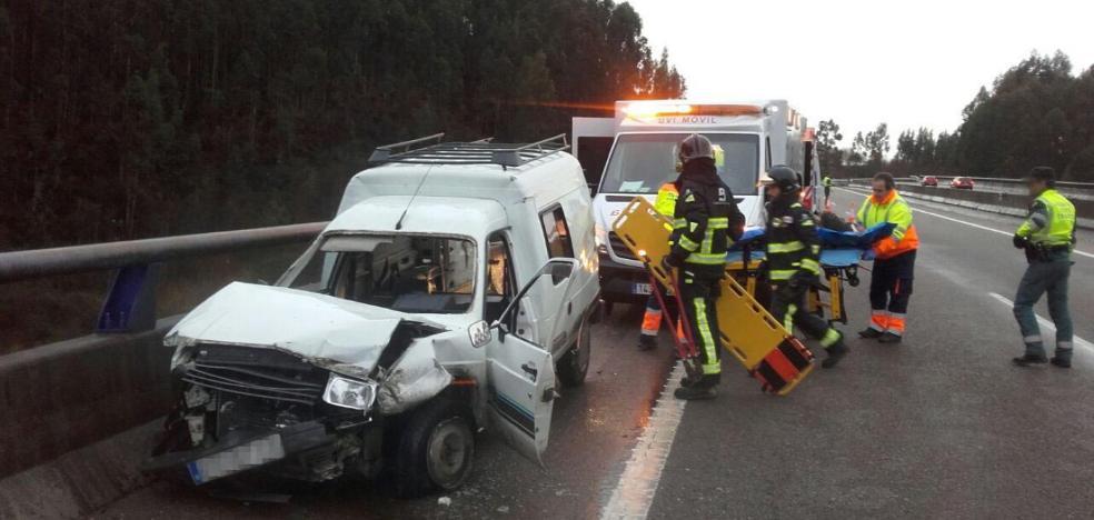 Dos personas heridas al salirse de la vía una furgoneta que circulaba por la A-8
