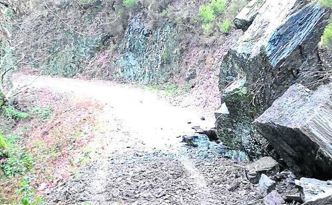 Retirado el argayo sobre la carretera entre Alguerdo y Omente