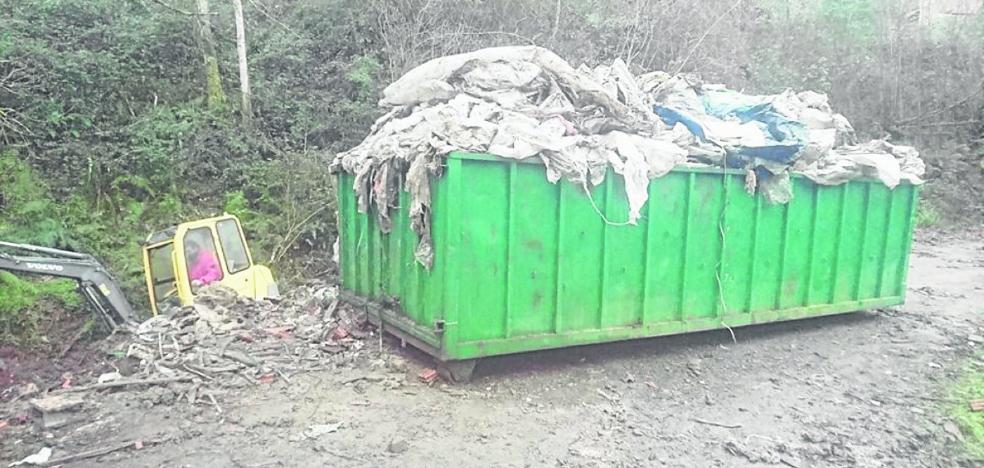 Retiran ocho toneladas de plástico del mayor vertedero pirata de Cabranes