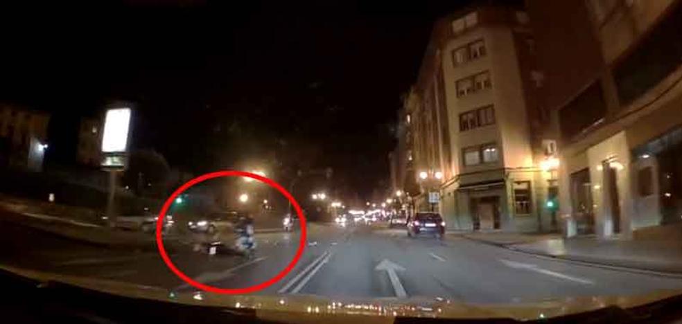 Herido un motorista de 17 años tras ser embestido por un coche en Oviedo