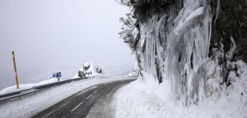 La nieve remite en Asturias, que se prepara para una nueva alerta por fuerte oleaje