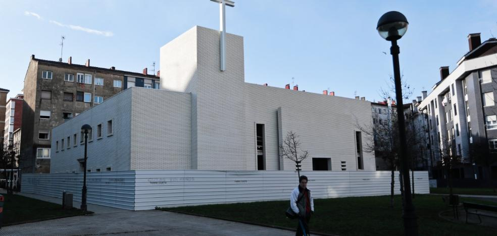 La iglesia de Santa Olaya luce ya su fachada de ladrillo, campanario y cruz