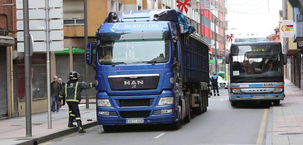 La avería de un camión provoca importantes retenciones a la salida de Avilés