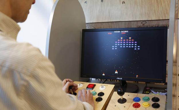 JuanJosé Ovies, a los mandos de uno de los videojuegos de la 'Time Machine'./ARNALDO GARCÍA