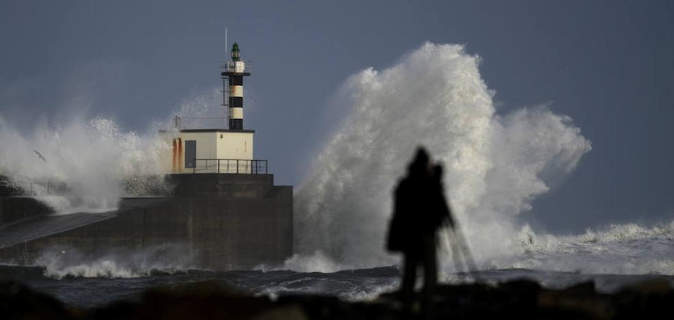 Asturias, en alerta por olas de hasta ocho metros de altura