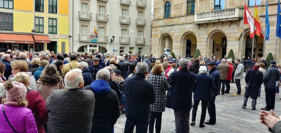 Jubilados asturianos se concentran ante los ayuntamientos para reclamar pensiones dignas