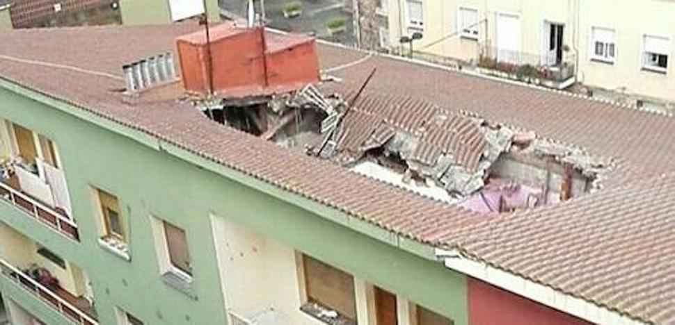 El desplome de un tejado en Candás obliga a desalojar a veinte personas