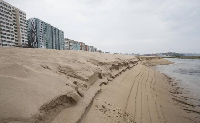 La playa de San Lorenzo de Gijón recuperó una superficie de arena como casi siete campos de fútbol
