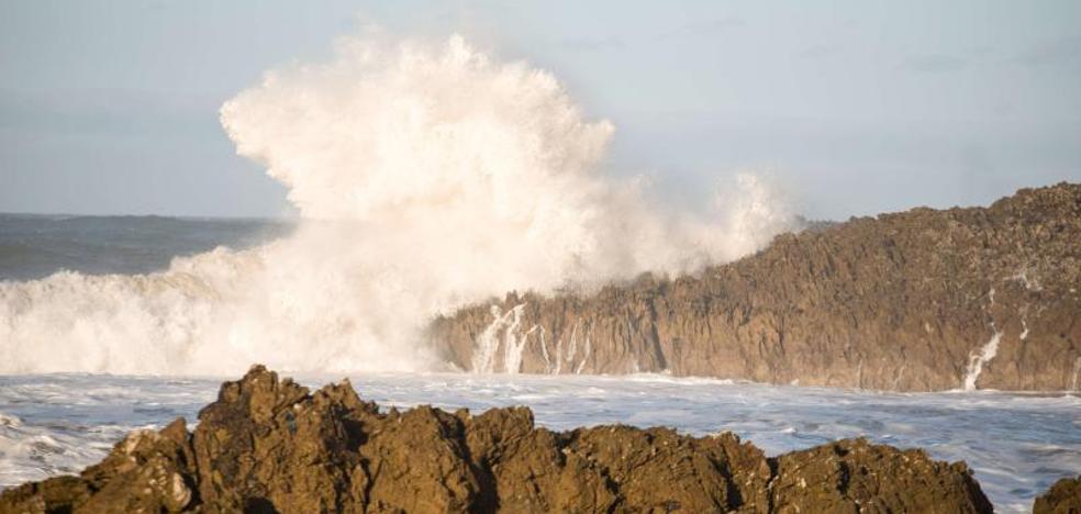 Asturias se prepara para olas de hasta ocho metros de altura