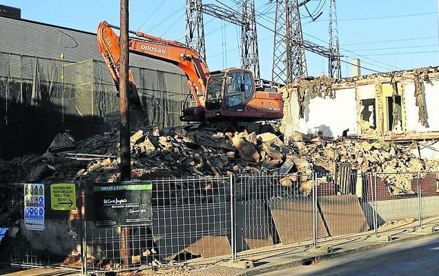 Bayer inicia de noche el derribo del antiguo edificio de oficinas