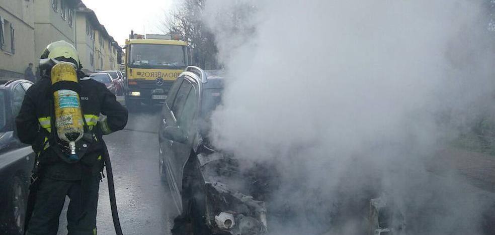Arde un coche en Llaranes