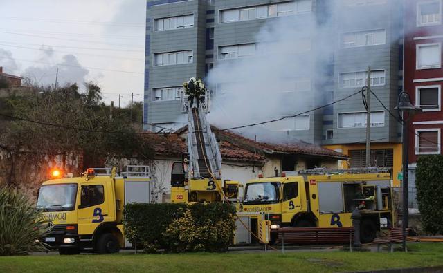 Arde una casa en la avenida de Oviedo de Avilés