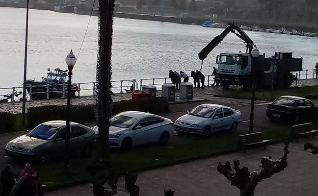 Una lancha de angula se va a pique en el puerto de San Esteban de Pravia