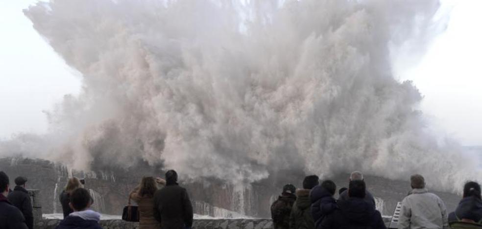 El fuerte oleaje daña la costa y mantiene a Asturias en alerta