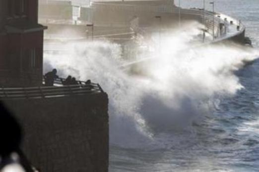 Olas de casi trece metros en el Puerto de Gijón