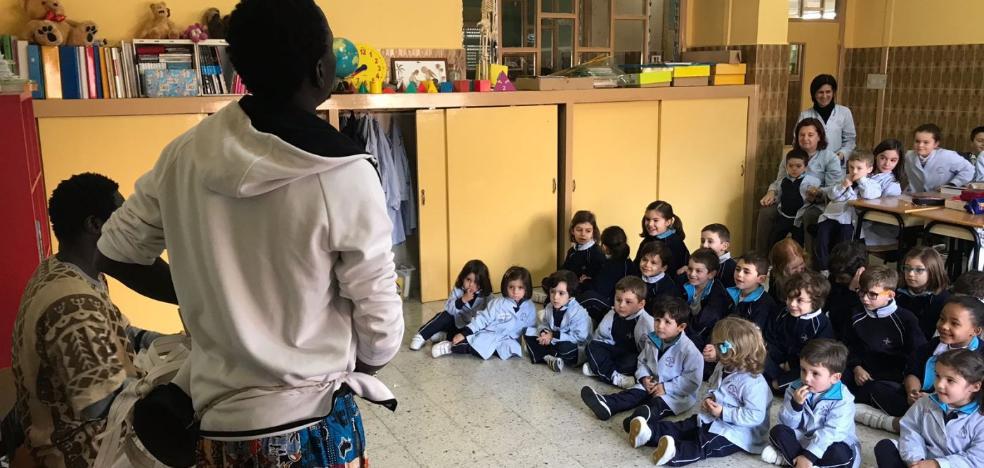 Los escolares riosellanos aprenden al ritmo de la música ancestral africana