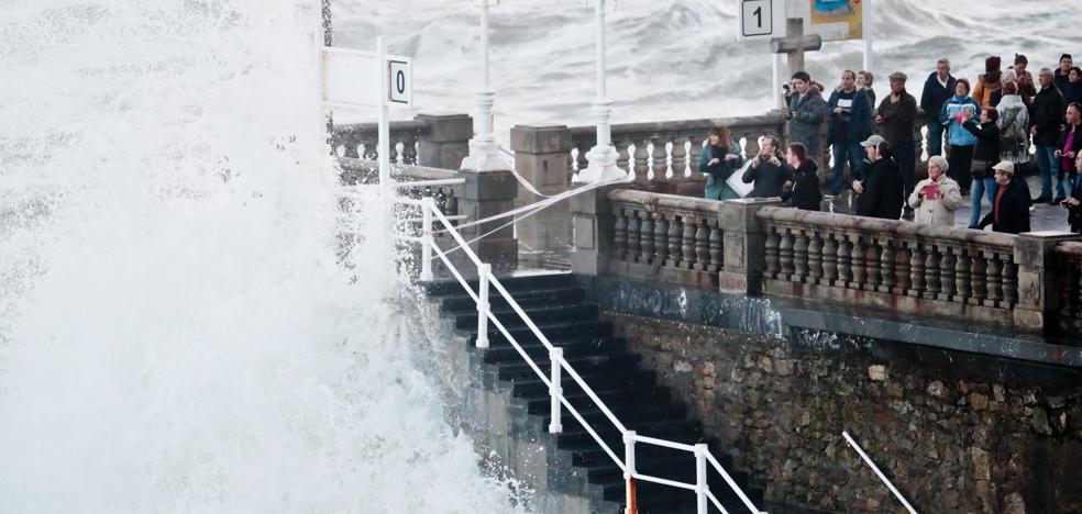 Temporal en Asturias: el oleaje se ceba con los puertos pequeños