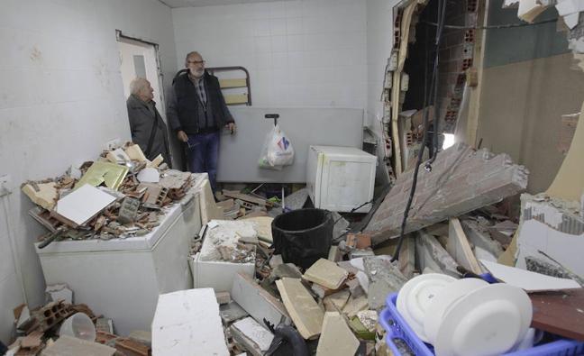 Un conductor ebrio destroza la cocina del campo de fútbol de Matalablima, en Oviedo