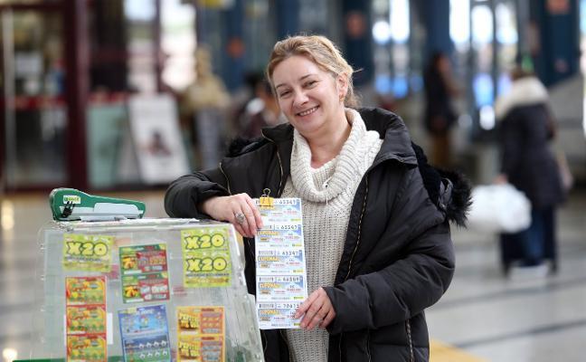 La vendedora Rosa María Iglesias reparte 350.000 euros del cupón de la ONCE