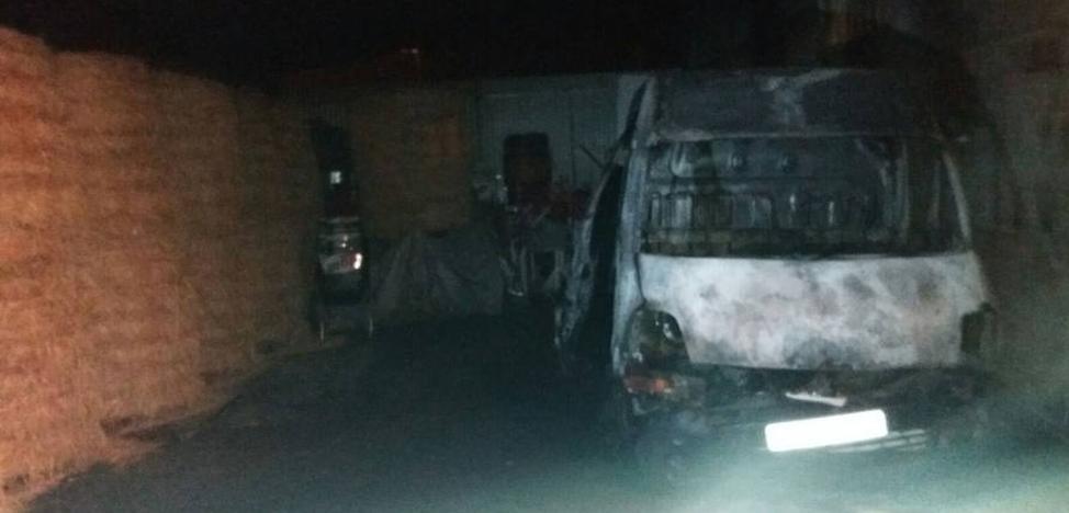 Extinguido el incendio de una furgoneta en Lugones