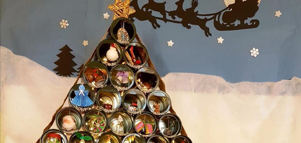 Emulsa premia a los escolares de Roces por su árbol de latas de leche en polvo