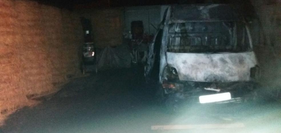 Un incendio calcina una furgoneta estacionada en un cobertizo de Lugones
