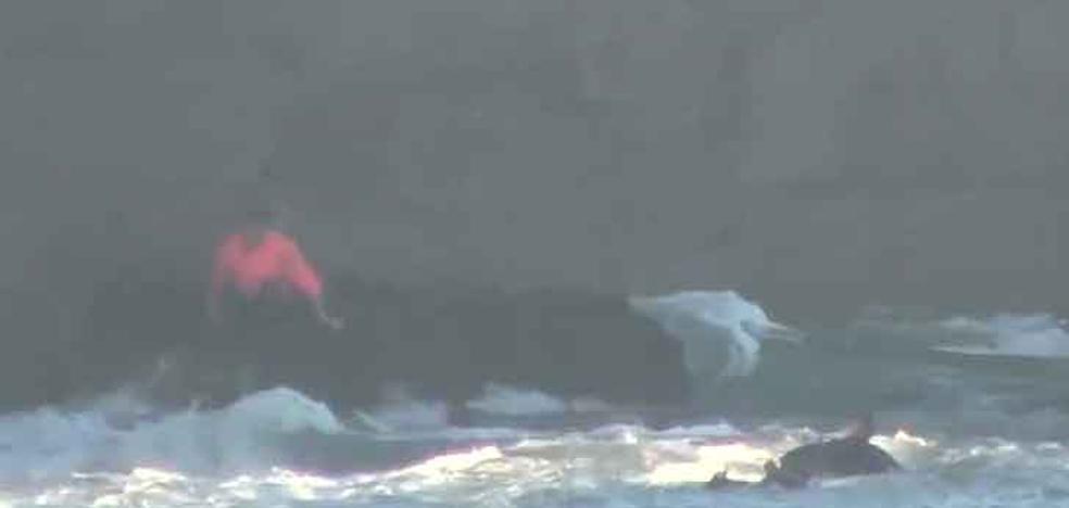 Espectacular rescate de un hombre que cayó al mar en Cantabria