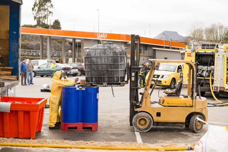 Once horas para evitar un vertido de residuos oleosos en Posada de Llanes