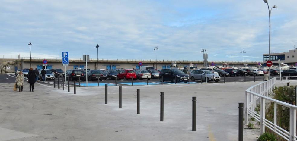 La Asociación Vecinal de Candás critica los bolardos en el puerto, que «impiden aparcar»