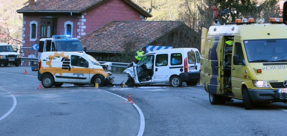 Una fallecida y dos heridos en un brutal choque entre dos furgonetas en el corredor del Aller en Mieres