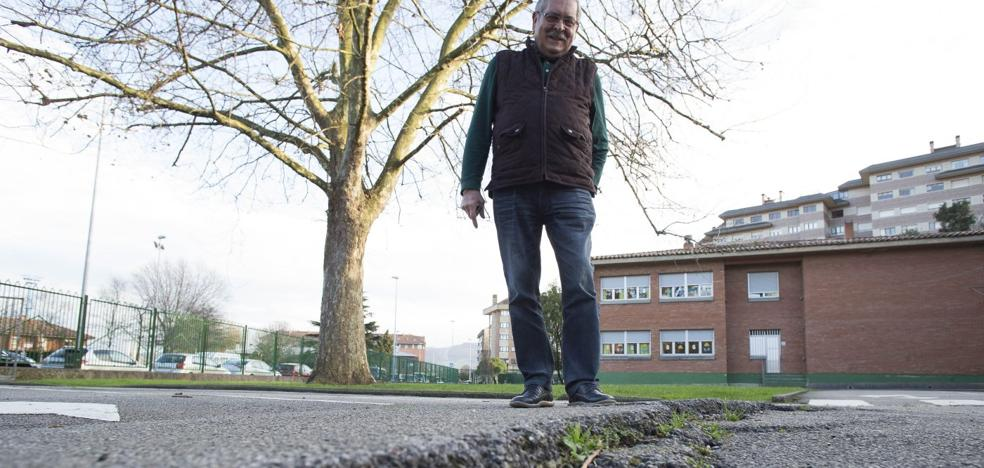 Viesques urge reparar el pavimento del colegio Begoña tras dos caídas