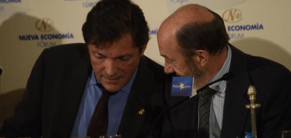 Rubalcaba elogia al «riguroso» Fernández frente a Puigdemont, el «saltimbanqui»