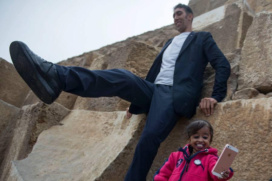 La mujer más pequeña y el hombre más alto del mundo,en Egipto