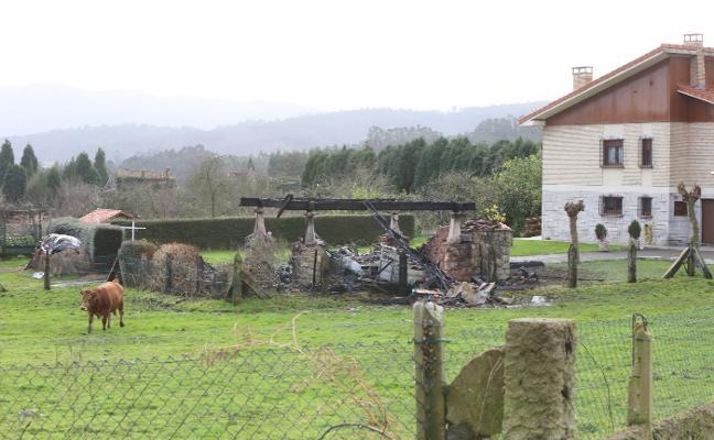 El fuego calcina un hórreo, un tractor, un turismo y una segadora en Llodares