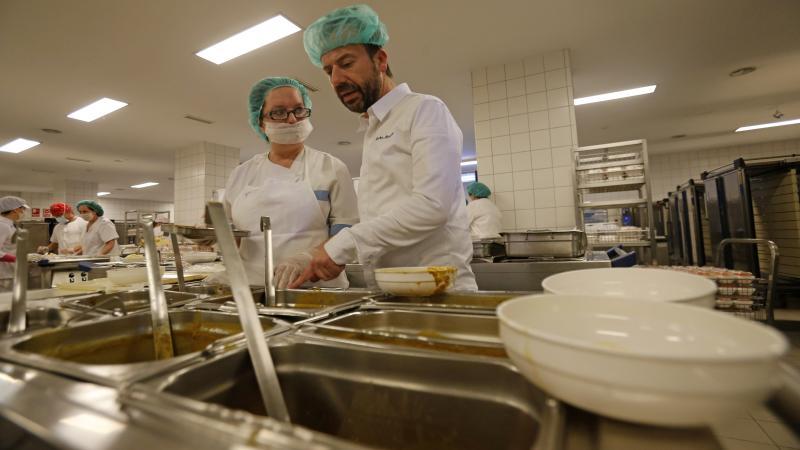 Nacho Manzano prepara un menú para pacientes del HUCA