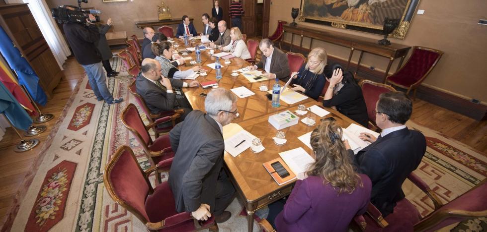 La oficialidad del asturiano vuelve a enfrentar a los partidos en la Junta General
