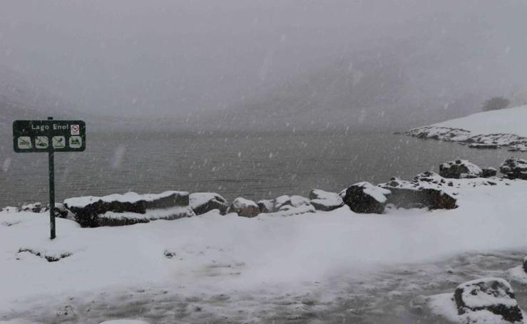 La nieve cubre los lagos de Covadonga