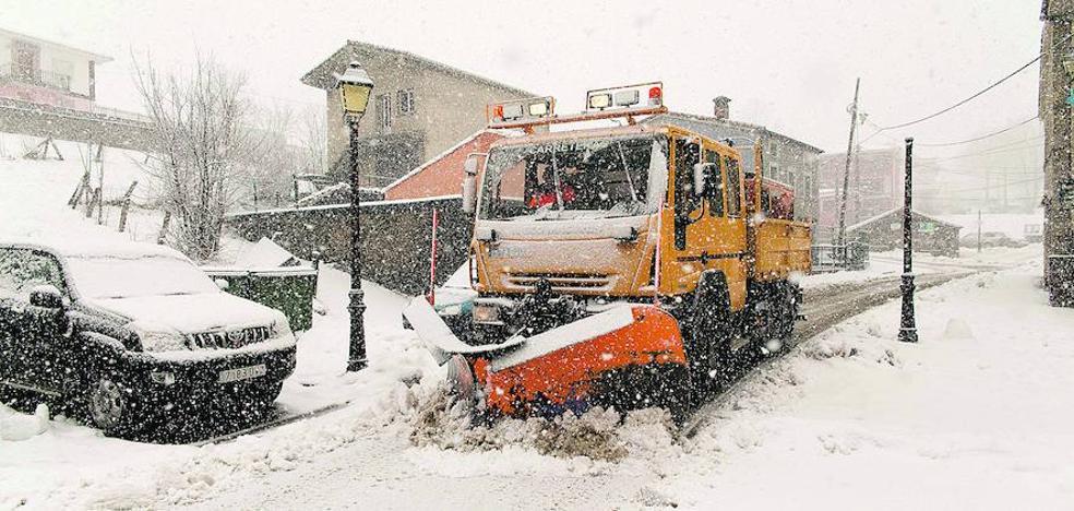 La nieve amenaza con incomunicar Asturias