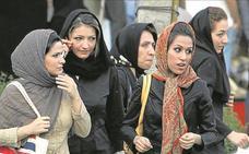 Unas 30 mujeres detenidas en Irán por quitarse el velo en público